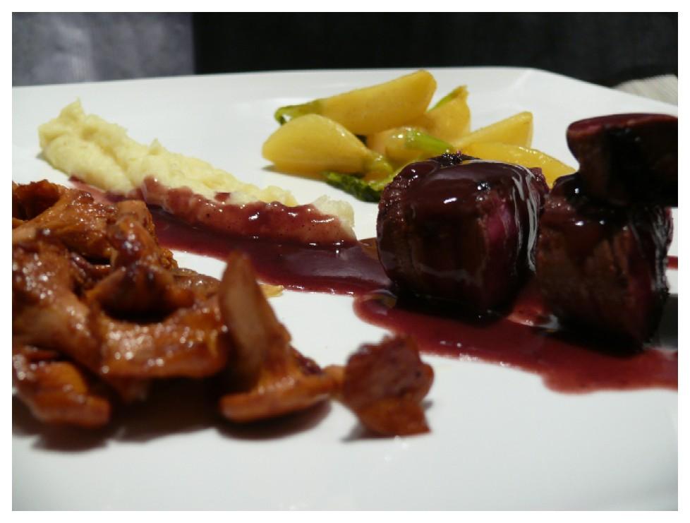 Hertenkalf met rode wijnsaus en boterraapjes