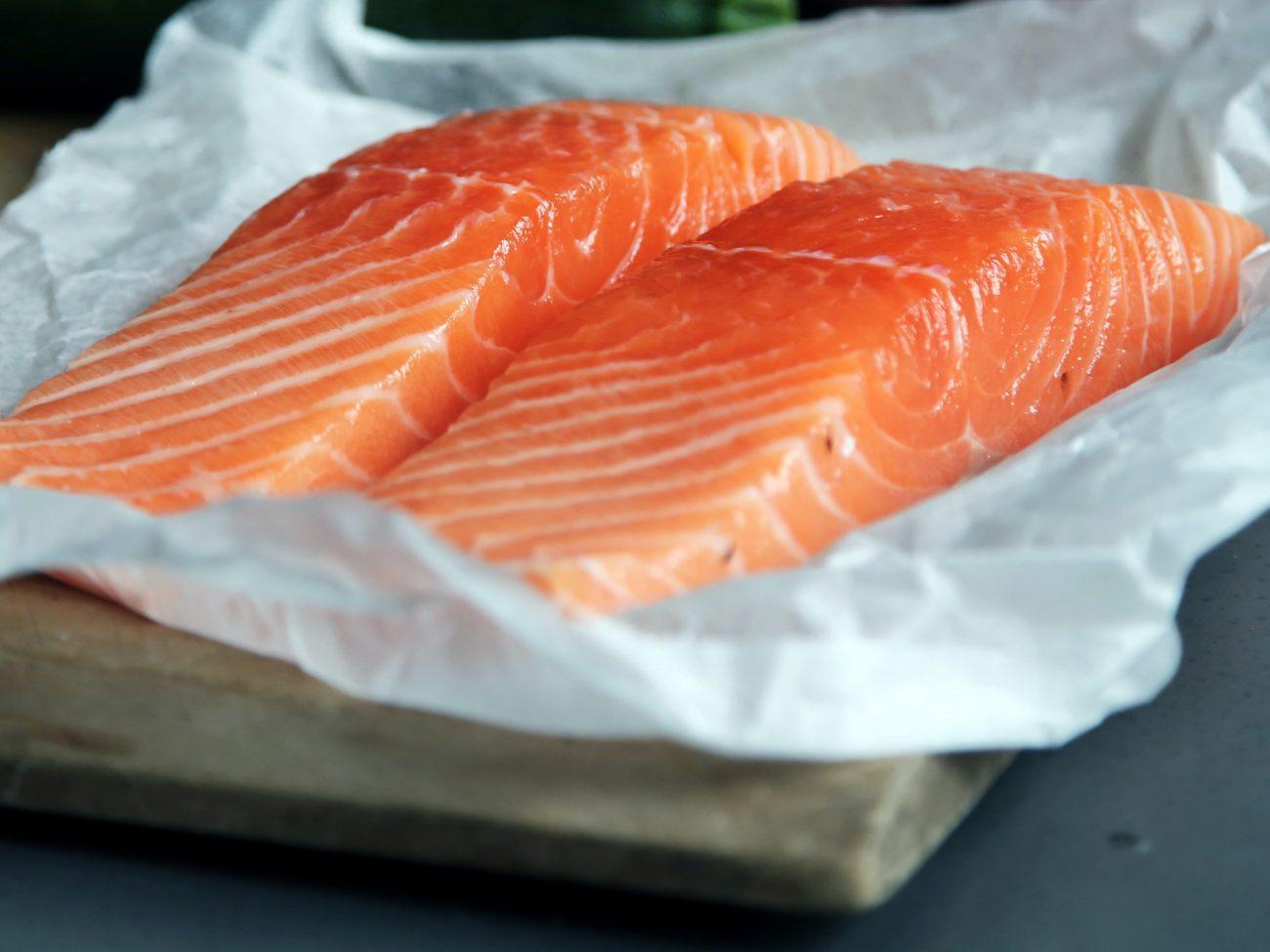 Rauwe zalm (sashimi) met een krokant gebakken uienkorstje