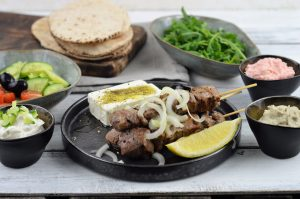 Griekse mezze met pita, souvlaki, feta en salade