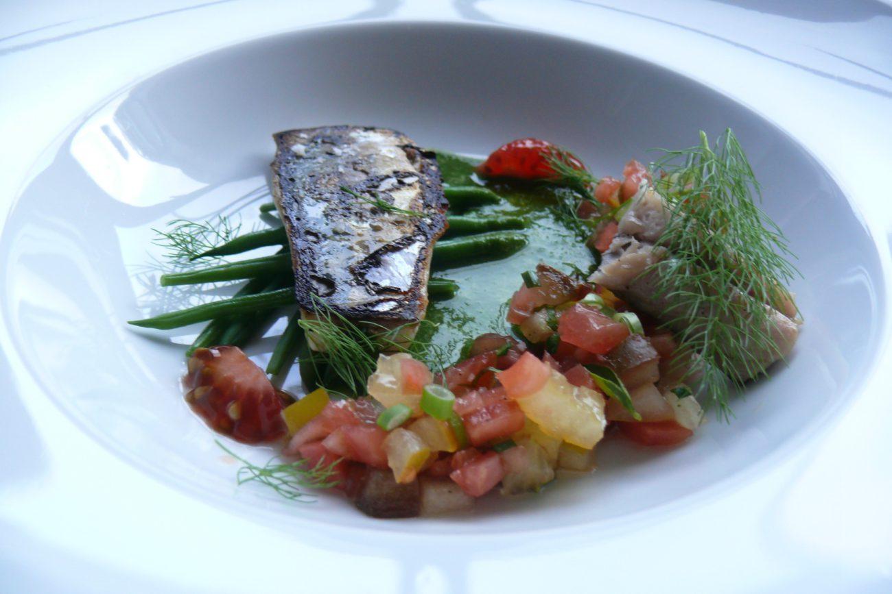 Geroosterde makreel met jonge boontjes, tomatentartaar en jus van lavas