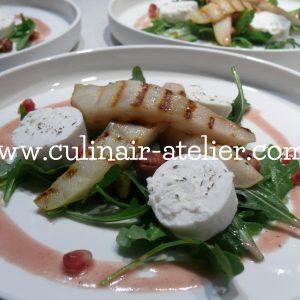 Salade van gegrilde peer, geitenkaas en granaatappelvinaigrette