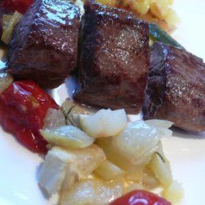 Lamfilet met aardappelen en groenten uit de oven
