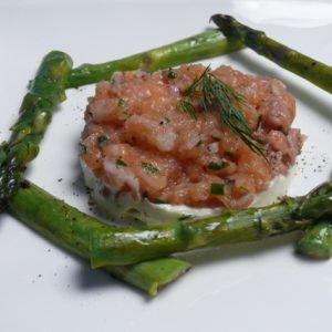 Zalmtartaar met gegrilde asperges en wasabi mascarpone