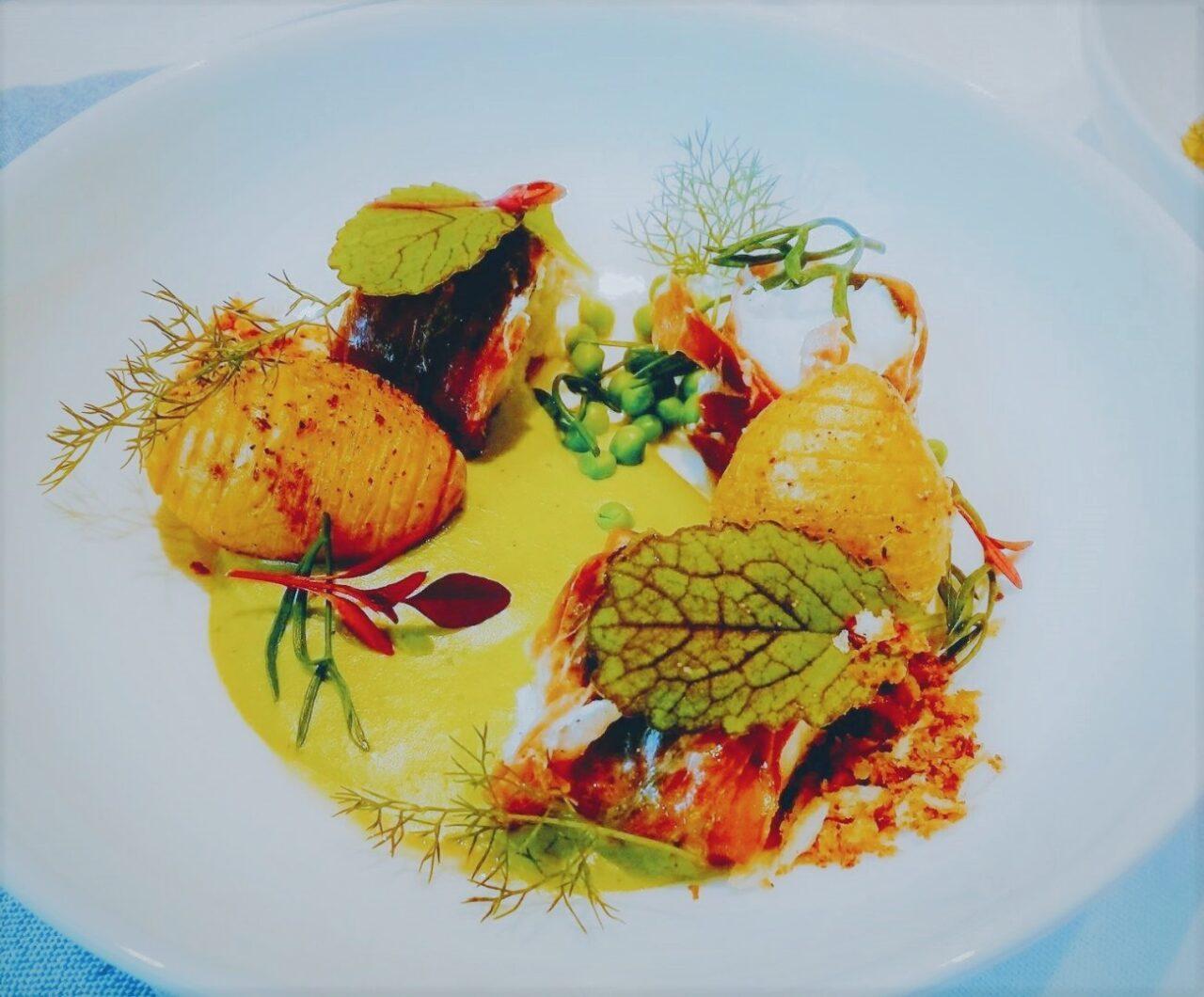 Zeeduivel, prosciutto, erwtencrème en hasselback aardappelen