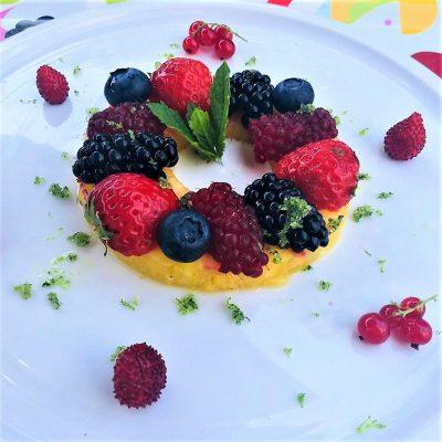 Zomerse ananas met rode vruchten MUNTSUIKER, KOKOSMELK EN LIMOENZESTE