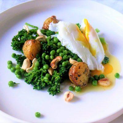 Broccoli met krieltjes, noten en gepocheerd ei