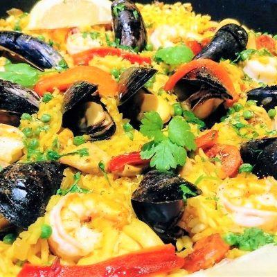 Paella met mosselen, garnalen paprika