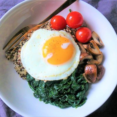 Quinoa met spinazie en champignons en spiegelei