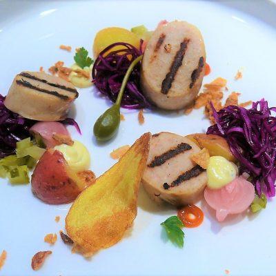 witte pens met salade van rode kool, zoetzure uitjes, kapperappels, gebakken uitjes, aardappelchips