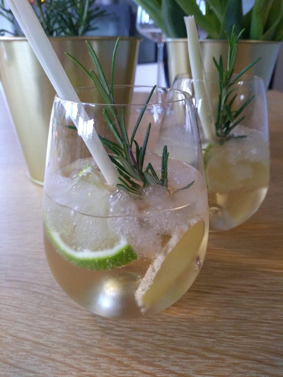 Mocktail met gember, limoen en citroengras