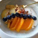 ontbijt bowl met warme appel en granola