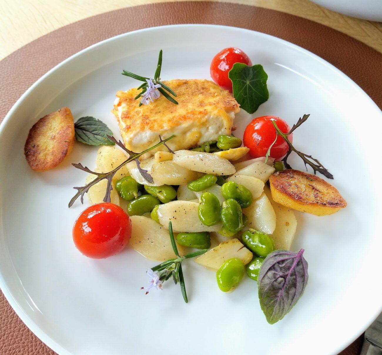 Gebakken feta met lentegroentjes en rozemarijn aardappelen