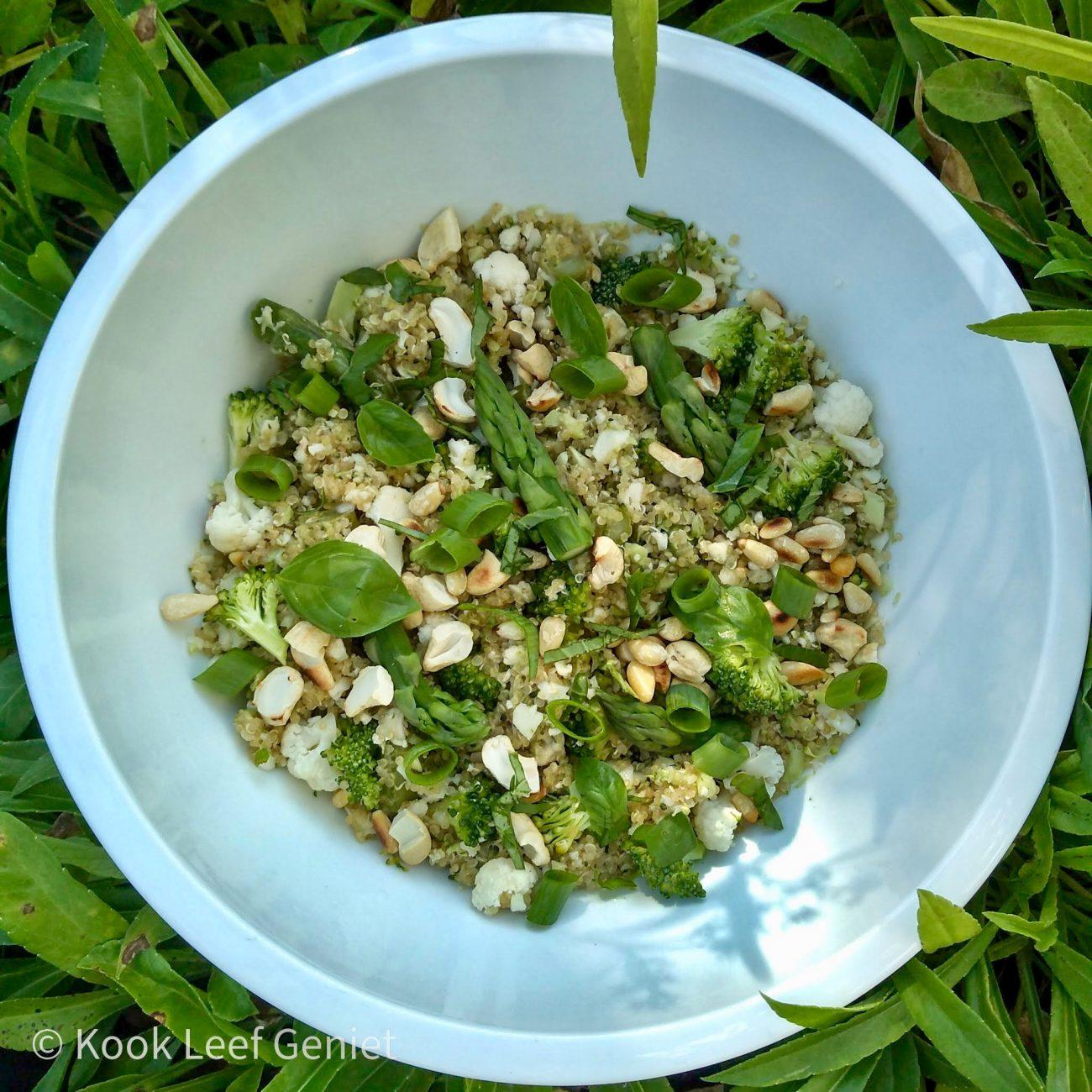 Knapperige salade van quinoa, broccoli en bloemkool