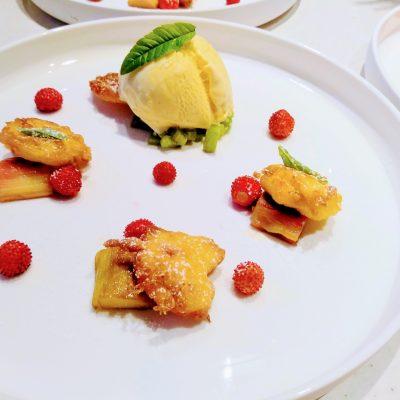 Dessert met rabarber, vanille-ijs en vlierbloesem beignets