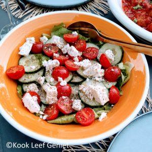 Griekse salade in een zomerse kom