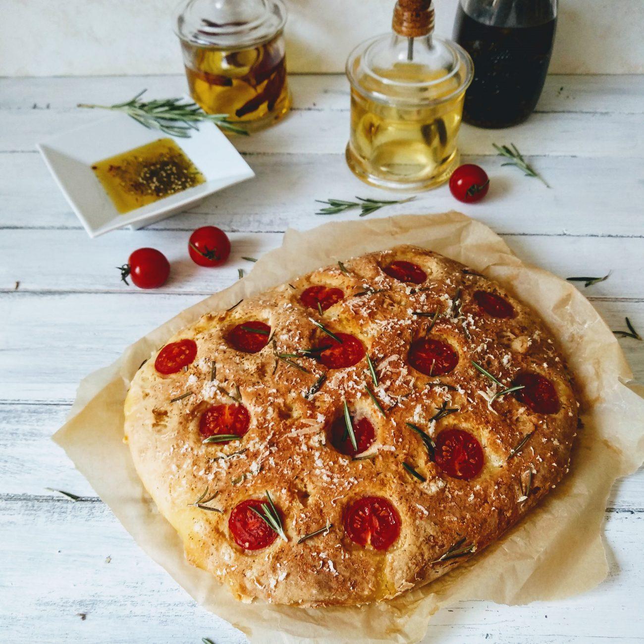 Glutenvrije focaccia met rozemarijn en kerstomaatjes