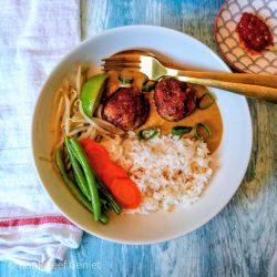 Thaise gehaktballetjes van kip met pindasaus