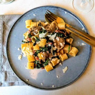 rigatone met spek, oesterzwammen en spinazie