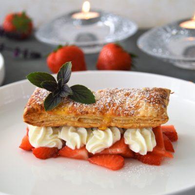 Dessert van aardbeien, bladerdeeg en een crème van mascarponeroom