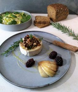 warme geitenkaas met noten, honing, peer en bramen, een gemengde salade en brood