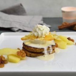 Wentelteefjes van rozijnenbrood, vanilleparfait en gepocheerde appel