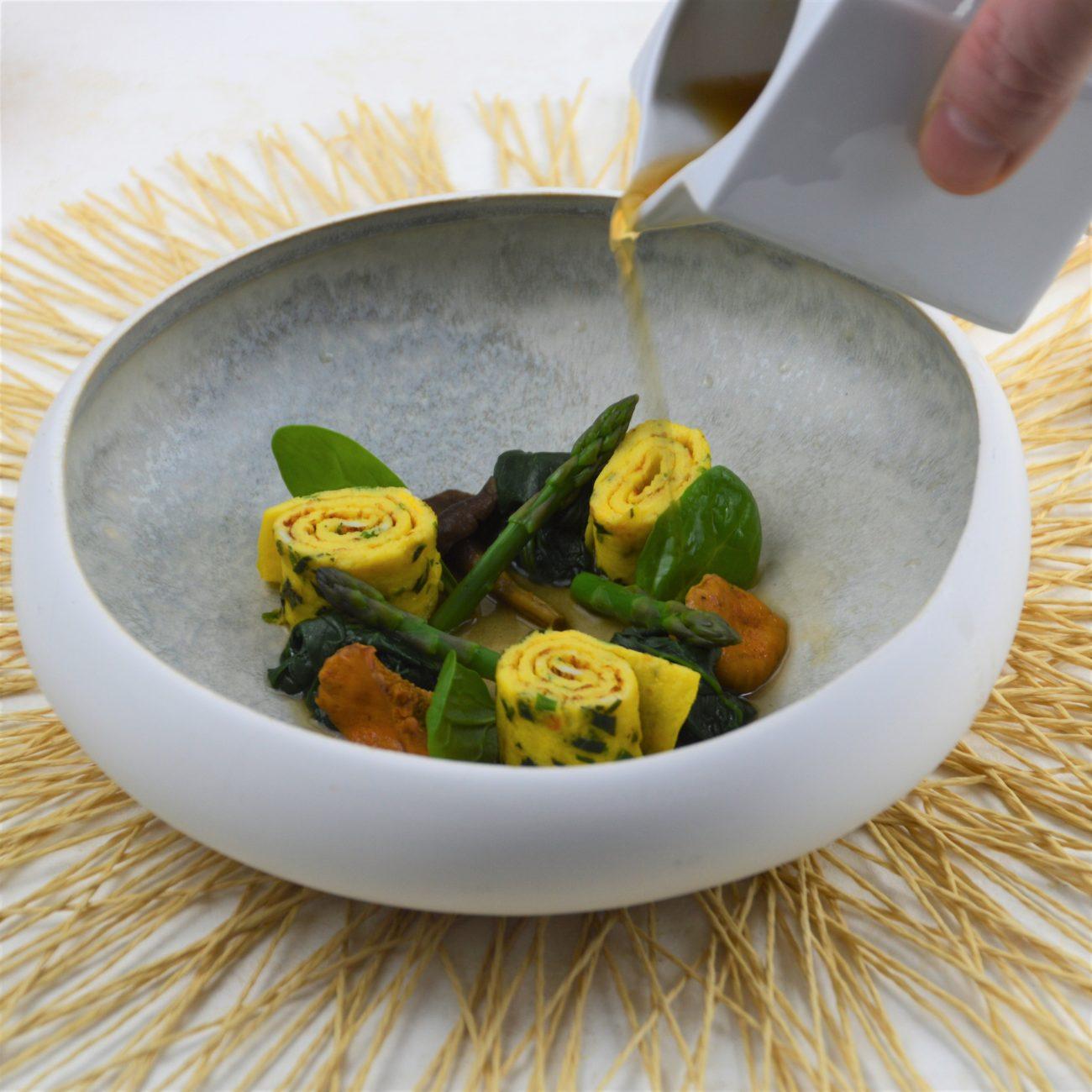 Vegetarische miso bouillon met kruidenomelet en cantharellen