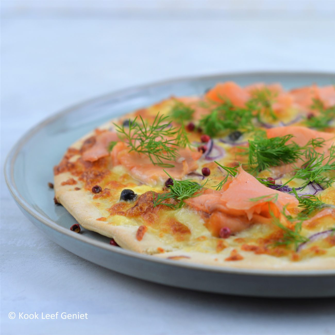 Witte pizza met gerookte zalm en dille
