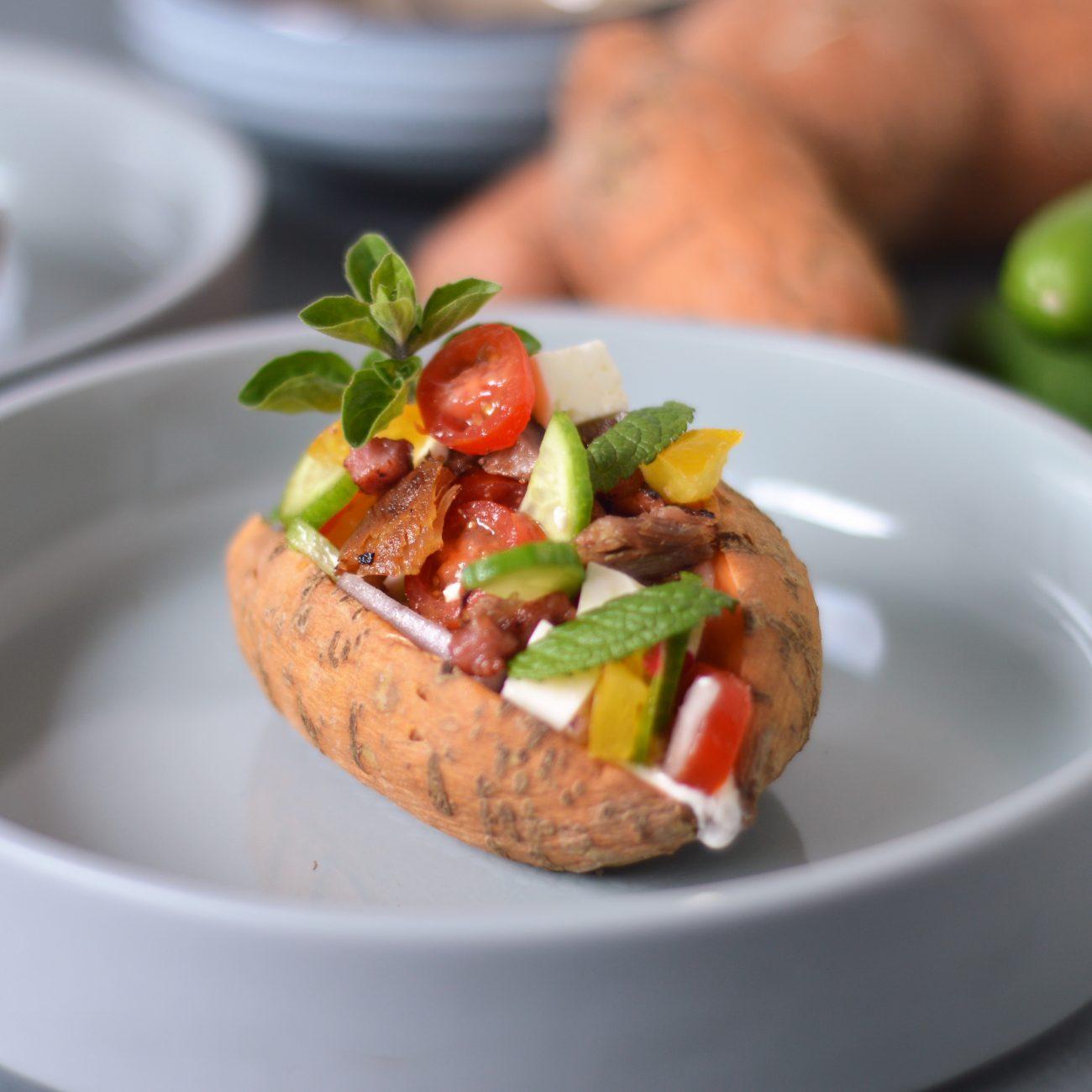 Zo maak je zoete aardappel met mediterrane topping