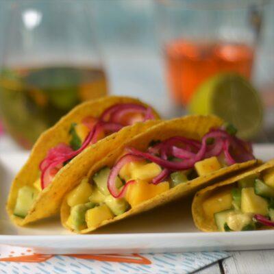 Taco shells met frisse mangosalade en gemarineerde rode ui