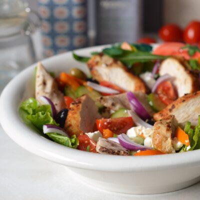 Griekse maaltijdsalade met kip