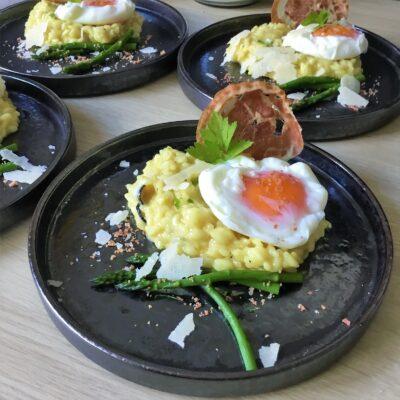 Truffelrisotto met gepocheerd ei, panchetta en groene asperges