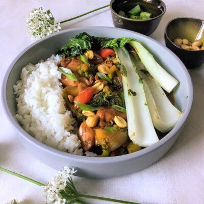 Wok met kip, groenten en pinda's in zoetzure saus
